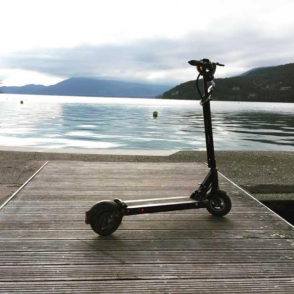 Image d'une trottinette électrique Speedway Mini 4 pro devant un lac.